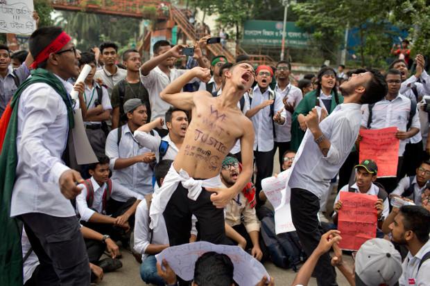 সড়ক নিরাপত্তার দাবিতে ঢাকায় শিক্ষার্থীদের আন্দোলন। ৪ আগস্ট ২০১৮।
