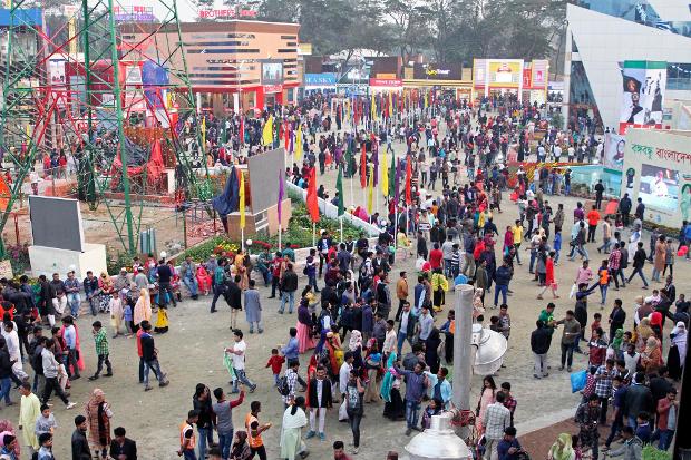 ঢাকায় আন্তর্জাতিক বাণিজ্যমেলায় দর্শকদের ভিড়। ১১ জানুয়ারি ২০১৯। [বেনারনিউজ]