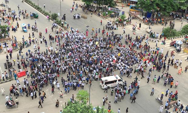 নিরাপদ সড়কের দাবিতে ঢাকার শাহবাগ এলাকায় শিক্ষার্থীদের সমাবেশ। ১ আগস্ট ২০১৮। [বেনারনিউজ]