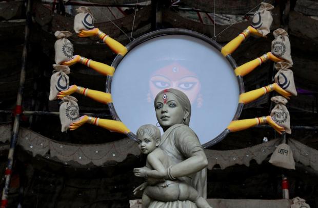 অভিবাসী শ্রমিকদের নিয়ে থিম করে কলকাতার বড়িশা ক্লাবের দুর্গা প্রতিমা। ১৯ অক্টোবর ২০২০।