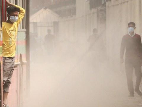 ঢাকার পল্টন এলাকায় গাড়ির ওড়ানো ধুলার মধ্যে হাঁটছেন পথচারীরা। ৩ ফ্রেব্রুয়ারি ২০২০।