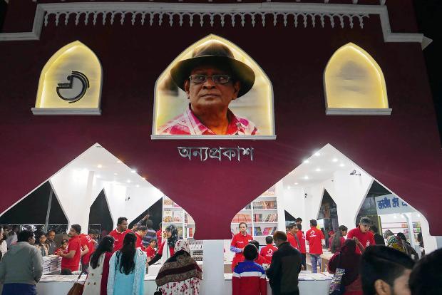 উদ্বোধনী দিনে একুশে বইমেলার একটি স্টল। ১ ফেব্রুয়ারি ২০১৮। [মনিরুল আলম/বেনারনিউজ]
