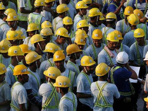 সিঙ্গাপুরে একটি নির্মাণ সাইটে কাজ শুরুর আগে ব্রিফিং শুনছেন ভারতীয় ও বাংলাদেশি শ্রমিকরা। ২৪ মার্চ ২০১৬।