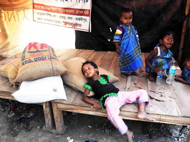 পশ্চিমবঙ্গের হাড়দহ গ্রামে অস্থায়ী শিবিরে রোহিঙ্গা শিশুরা। ১৩ মার্চ ২০১৮। [বেনারনিউজ]