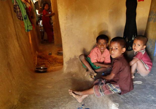 কক্সবাজারের কুতুপালং ক্যাম্পে আশ্রয় নেওয়া রোহিঙ্গা শিশুরা। ডিসেম্বর ২২, ২০১৬।