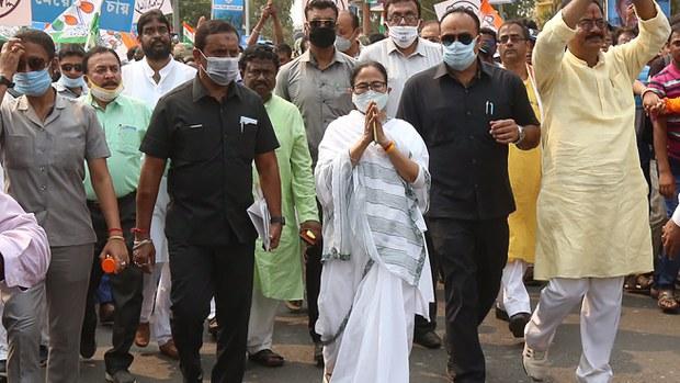 মমতা আহত: পশ্চিমবঙ্গের নির্বাচনী রাজনীতিতে পরষ্পরবিরোধী অভিযোগ