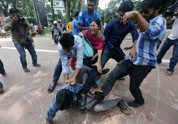 A Bangladeshi man protesting in favor of reforms to quotas for civil service jobs is attacked by counter-demonstrators in Dhaka, July 2, 2018. [BenarNews]
