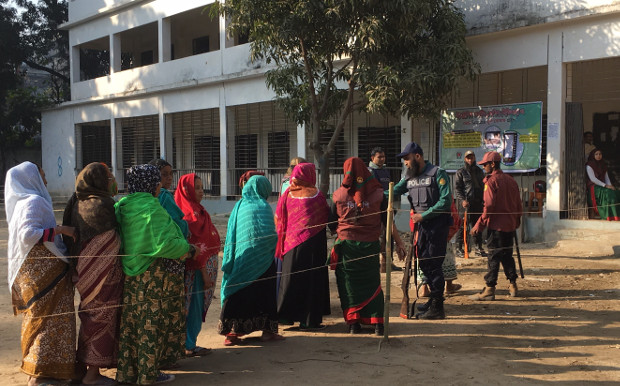 Bangladeshis line up to cast their votes outside a polling station in Dhaka, Dec. 30, 2018. [Megh Monir/BenarNews]