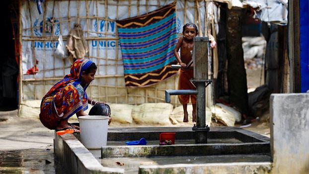 Hindu Rohingya refugees from Myanmar's Rakhine state pump water at a refugee camp in Cox's Bazar, Bangladesh, Nov. 13, 2018. [AFP]