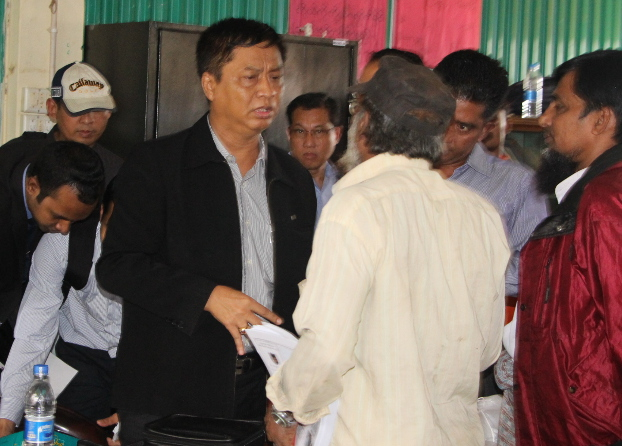Members of the Myanmar delegation meet with Rohingya at a refugee camp in Cox's Bazar district, Oct. 31, 2018. [Abdur Rahman/BenarNews]