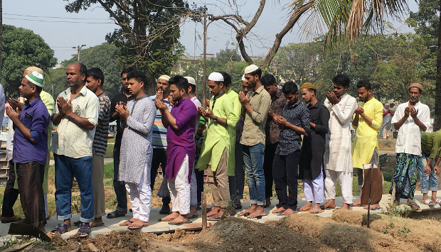 People pray near the graves of victims of the fire in Old Dhaka at the Azimpur Cemetery in Dhaka, Feb. 22, 2019. [Megh Monir/BenarNews]