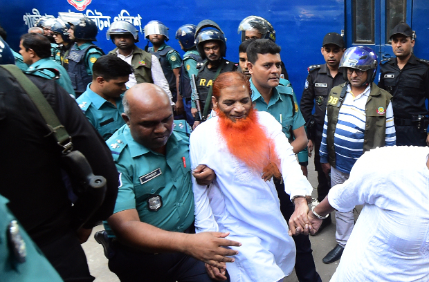 Bangladeshi police officers escort Mizanur Rahman (alias Boro Mizan) out of an anti-terrorism court in Dhaka after the judge found him not guilty of charges that he helped plan the deadly siege at the Holey Artisan Bakery in Dhaka, Nov. 27, 2019. [BenarNews]