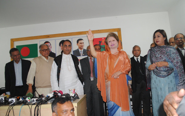 Bangladeshi opposition leader Khaleda Zia waves at her supporters during a news conference in Dhaka, Feb. 7 2018. [BenarNews]