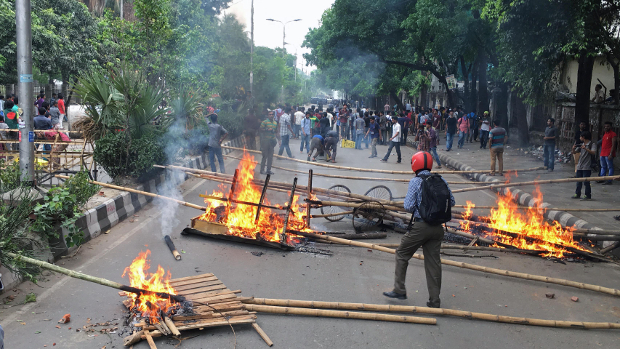 Bangladeshi students set up roadblocks and burn bamboo poles during a protest calling for the removal or reform of a quota system in government jobs in Dhaka, April 9, 2018. [Monirul Alam/BenarNews]