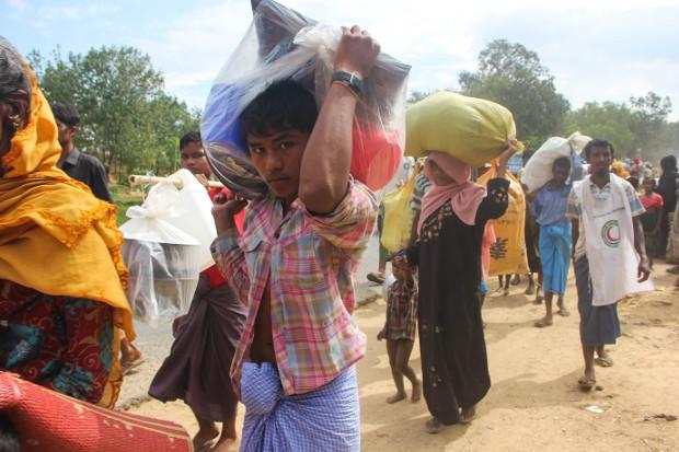 Hundreds of Rohingya refugees arrive in Cox's Bazar, Bangladesh, from Myanmar, Nov. 11, 2017. [Rohit Wadhwaney/BenarNews]