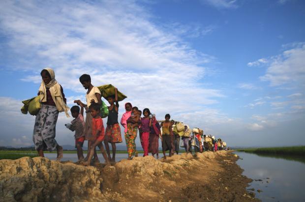 Rohingya Muslim refugees walk toward the Balukhali refugee camp after crossing the border in Bangladesh's Ukhia district, Nov. 2, 2017. [AFP]
