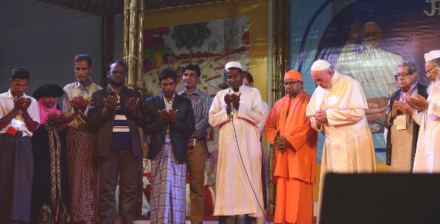 Pope Francis prays with Rohingya refugees and other people in Dhaka, Dec. 1, 2017. [Monirul Alam/BenarNews]