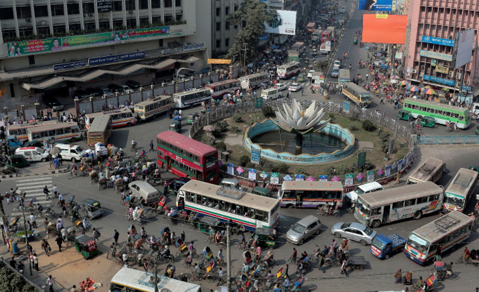 Traffic crawls during a nationwide strike called by the opposition alliance in Dhaka, Jan. 25, 2015. [AP]