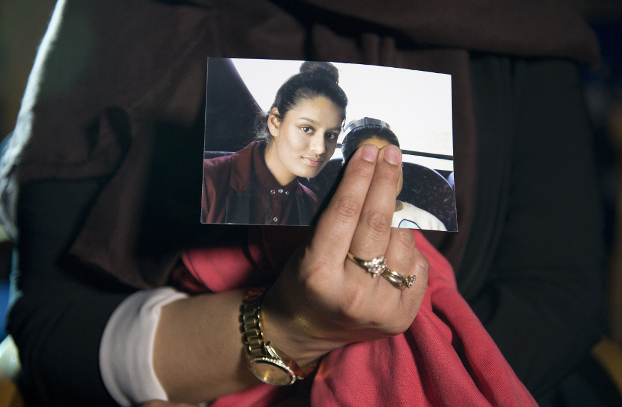 Renu Begum holds a picture of Shamima Begum, her youngest sister who fled Britain to join the Islamic State extremist group in Syria, during an interview in central London, Feb. 22, 2015. [AFP]