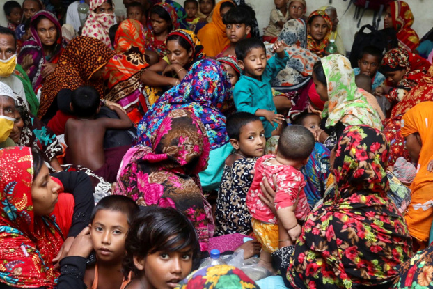 People have no room to practice social distancing at a Cyclone Amphan evacuation center in the Satkhira district in Bangladesh, May 22, 2020. [Reuters]