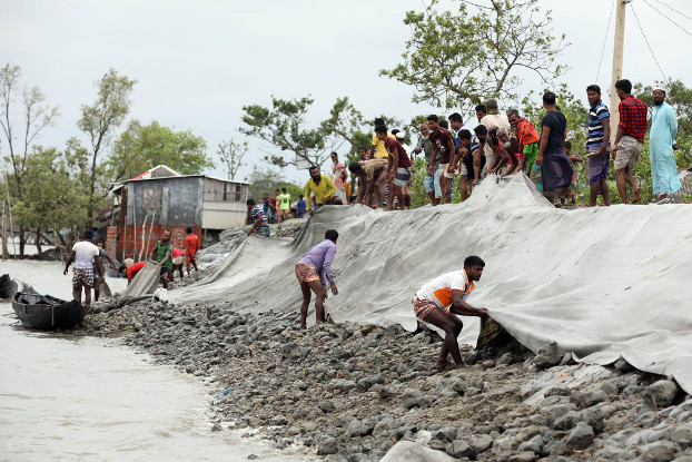 Residents of Satkhira district in southwestern Bangladesh repair a dam damaged by Cyclone Amphan, May 21, 2020. [BenarNews]