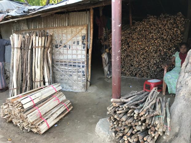 A Rohingya woman sells firewood at the Kutupalong refugee camp in Cox's Bazar, Bangladesh, April 11, 2018. [Kamran Reza Chowdhury/BenarNews]