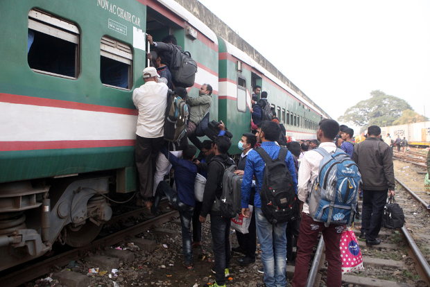 Bangladeshis board a train at the Central Railway Station in Dhaka as they head home to cast their votes in the Dec. 30 general election, Dec. 27, 2018. [Newsroom Photo]