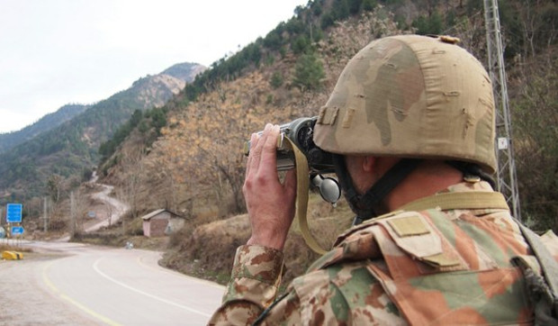 A Pakistani soldier looks for movement of Indian forces while at a security post 50 km (31 miles) from Muzaffarabad, capital of Pakistani-controlled Kashmir, Feb. 23, 2019. [AP]