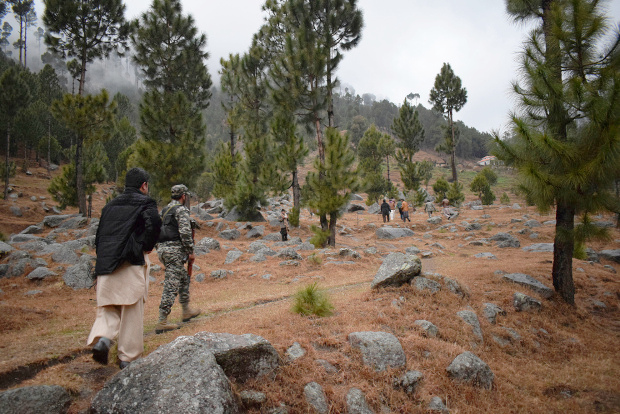 Pakistani reporters and troops visit the site of an Indian airstrike near Balakot, Pakistan, Feb. 26, 2019. [AP]