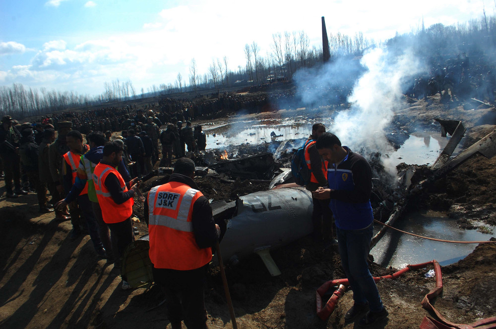 Indian investigators and security forces gather near the wreckage of an Indian Air Force aircraft that crashed on the outskirts of Srinagar in Indian Kashmir, Feb. 27, 2019. [Sheikh Mashooq/BenarNews]