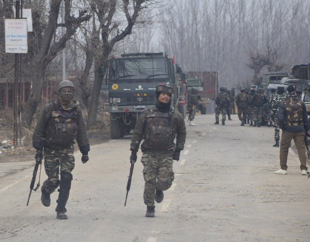 Soldiers gather near the shooting site in Kashmir's Pulwama district, Feb. 18, 2019. [Sheikh Mashooq/ BenarNews]
