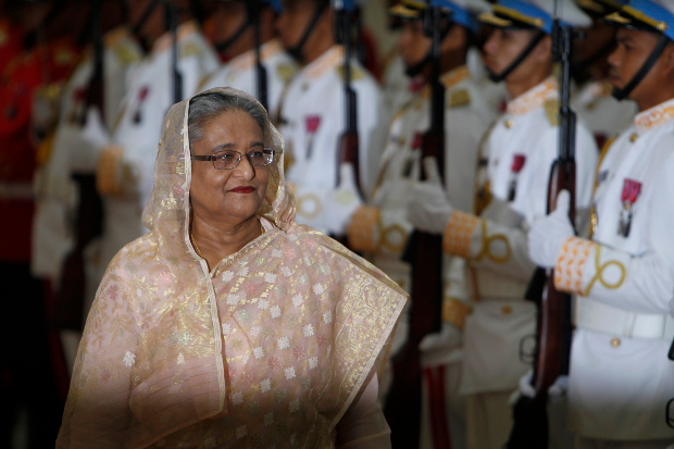 Bangladesh Prime Minister Sheikh Hasina reviews an honor guard during a ceremony welcoming her at the Peace Palace in Phnom Penh, Cambodia, Dec. 4, 2017. [AP]
