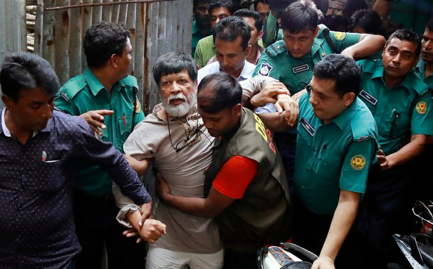 Officers move photographer Shahidul Alam to a Dhaka court, where a judge granted police a seven-day remand to question him, Aug. 6, 2018. [BenarNews]