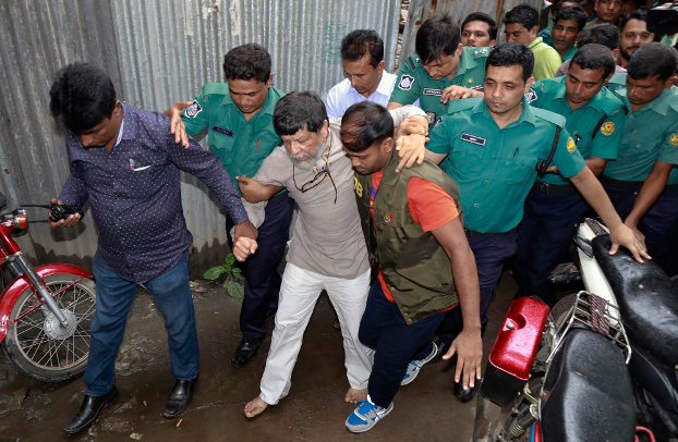 Police escort Shahidul Alam to court in Dhaka, Aug. 6, 2018. [BenarNews]