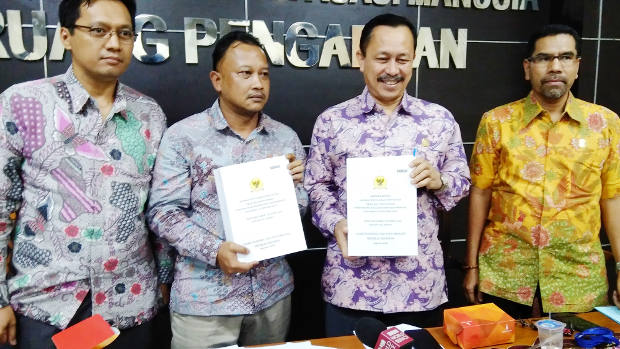 Officials of the National Commission on Human Rights (Komnas HAM) show copies of an investigative team's report on the so-called Rumoh Geudong case, during a news conference in Jakarta, Sept. 6, 2018. [Tria Dianti/BenarNews]