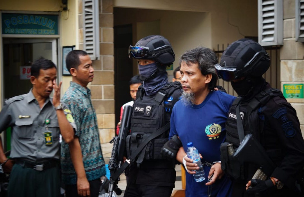 Police escort accused terrorist Syawaludin Pakpahan to North Jakarta District Court, May 16, 2018. [Photo Courtesy of Center for the Study of Radicalism and Deradicalization]