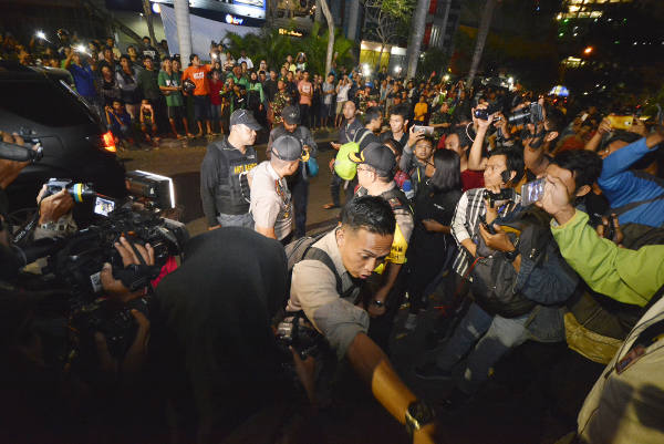 A crowd gathers as Indonesian police raid a house of suspected terrorists in Surabaya city, capital of East Java province, May 16, 2018. [Yovinus Guntur/BenarNews]