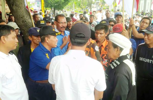Protesters gather in front of Banyuwangi District Court in East Java province, Indonesia, Jan. 23, 2018. (Yovinus Guntur/BenarNews)