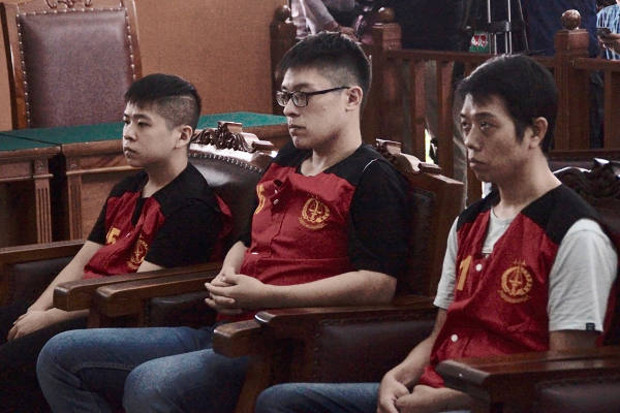 Three of the Taiwanese defendants – Liao Guan Yu, Chen Wei Cyuan, and Hsu Yung Li (left to right), are pictured at the South Jakarta Court, April 26, 2018. [Arie Firdaus/BenarNews]