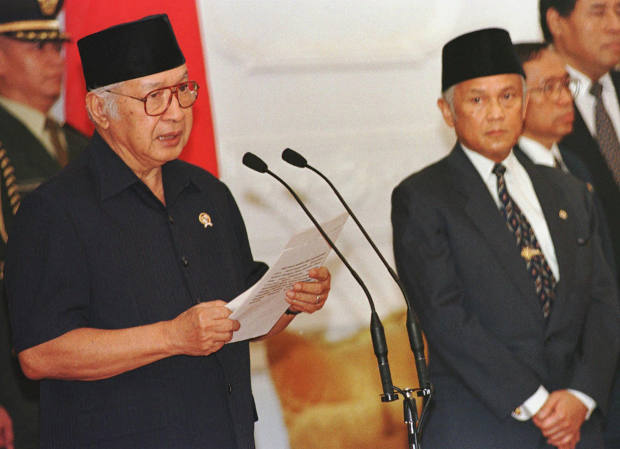 Indonesian President Suharto (left) announces his resignation at the presidential palace in Jakarta, after ruling the fourth most populous nation for 32 years, May 21, 1998. [AP]