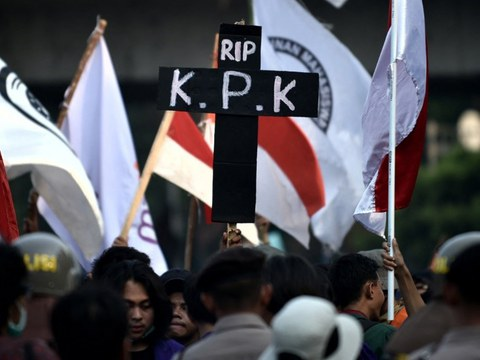 Students hold a sign depicting an epitaph symbolising the death of Indonesia's Corruption Eradication Commission during a rally in front of the parliament building in Jakarta demanding that lawmakers revoke a revised anti-corruption law, Oct. 1, 2019.