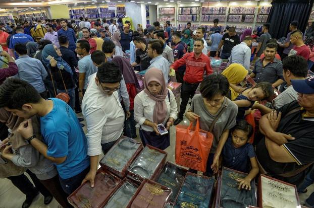 Hundreds of people look for Ramadan bargains at a shopping complex in Kuala Lumpur, June 11, 2018. [S. Mahfuz/BenarNews]