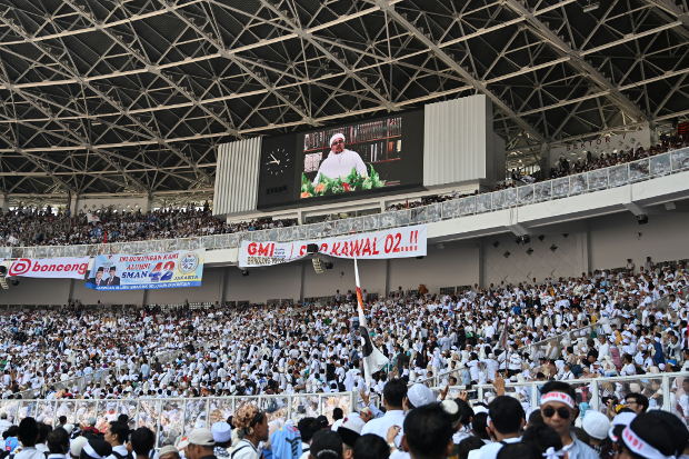 A video of the radical cleric Rizieq Shihab is seen on the stadium scoreboard as supporters of candidate Prabowo Subianto gather during a campaign rally at the Gelora Bung Karno stadium in Jakarta, April 7, 2019. [AP]