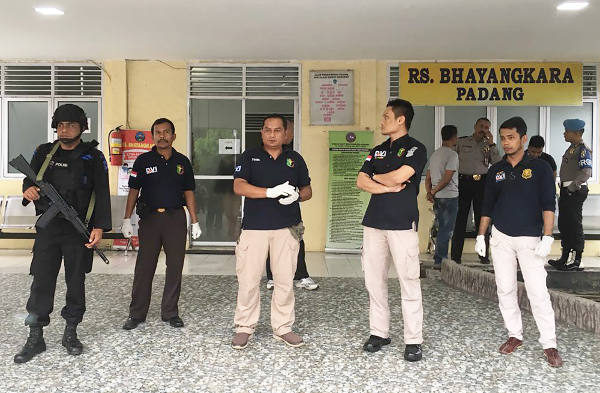 Indonesian police stand guard outside a hospital in Padang, West Sumatra, where authorities took the bodies of the two suspected militants, Nov. 12, 2017. [M. Sulthan Azzam/BenarNews]