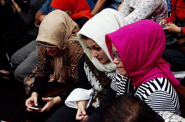 Setya Novanto's wife, Deisti Astriani Tagor, (center) attends his trial at the Jakarta Corruption Court, Dec. 13, 2017. [Arie Firdaus/BenarNews]