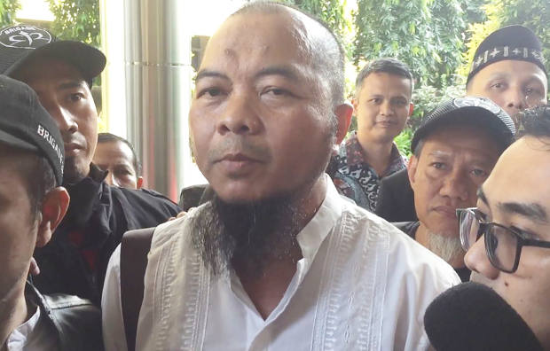 Dedi Suhardadi, who represents Muslim group Persaudaraan Alumni 212, talks to reporters after filing a criminal complaint in Jakarta, April 4, 2018. [Rina Chadijah/BenarNews]