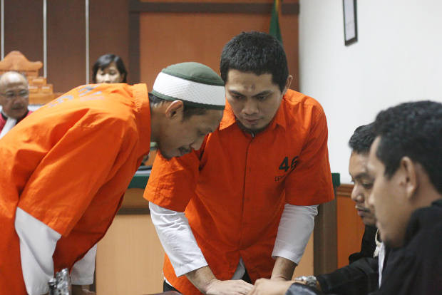 Alleged terrorists Syamsul Arifin (left) and Agus Satrio Widodo talk to their attorneys during trial in the West Jakarta District Court, Nov. 15 2018. [Lutfi A.B/BenarNews]