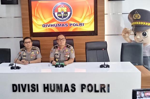 National police spokesman Dedi Prasetyo (right) speaks to reporters in Jakarta, May 6, 2019. [Rina Chadijah/BenarNews]