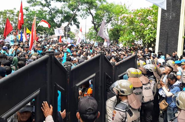Protesters try to enter the Surakarta Regional House of Representatives in Solo, Central Java, Indonesia, Sept. 24, 2019. (Kusumasari Ayuningtyas/BenarNews)
