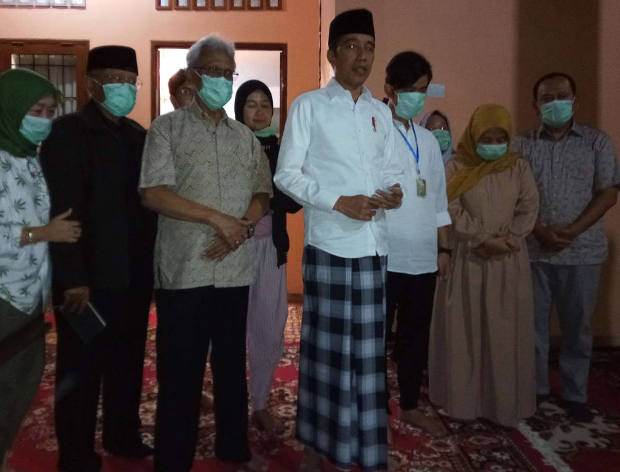 Indonesian President Joko Widodo gives remarks about the death of his mother, Sudjiatmi Notomihardjo, in Solo, Central Java, March 25, 2020. [Kusumasari Ayuningtyas/BenarNews]